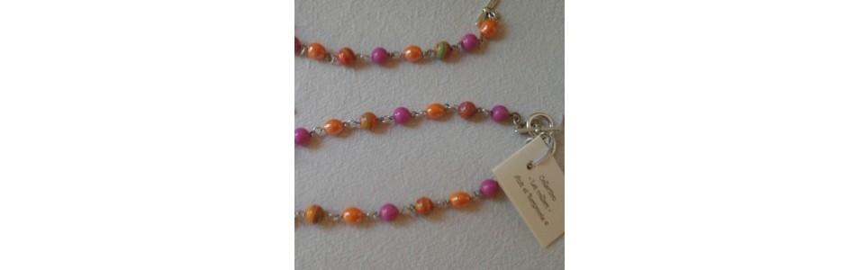 Les colliers courts Anis et Bergamote, perles de verre, résine, ...